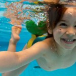 nuotare-piscina-bambina