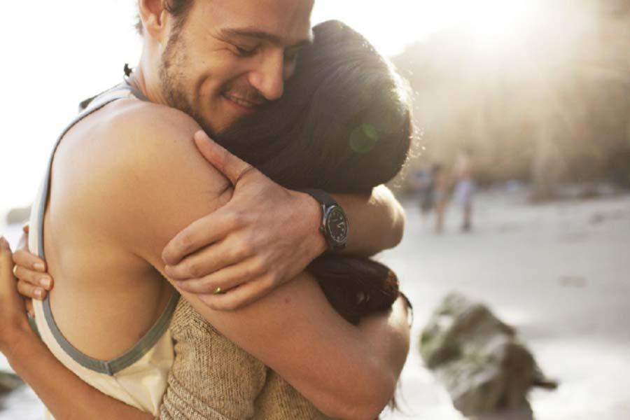 Risultati immagini per abbraccio lui intorno al collo tu sui fianchi
